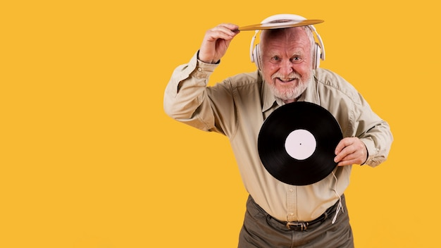 Senior feliz tocando com discos de música