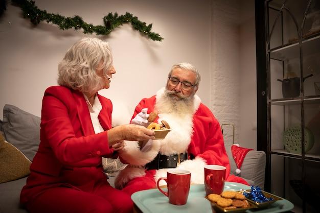 Sênior homem e mulher comemorando o natal