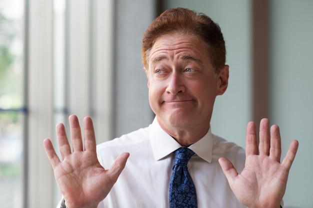 Sênior, homem negócios, mostrando, capitulation, gesto