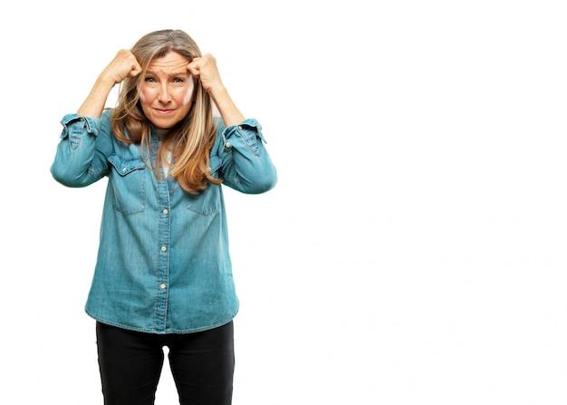 Sênior mulher bonita olhando estressado e frustrado, expressando desânimo e descrença.