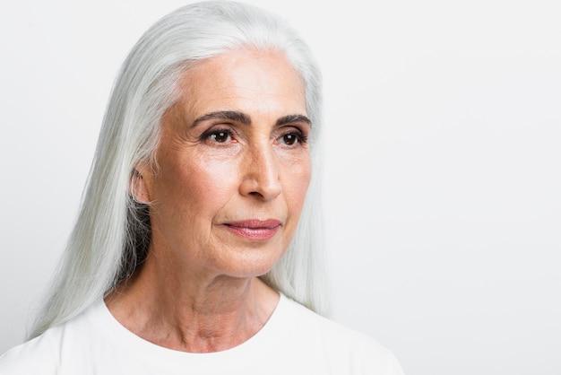 Sênior mulher orgulhosa de seus cuidados com a pele