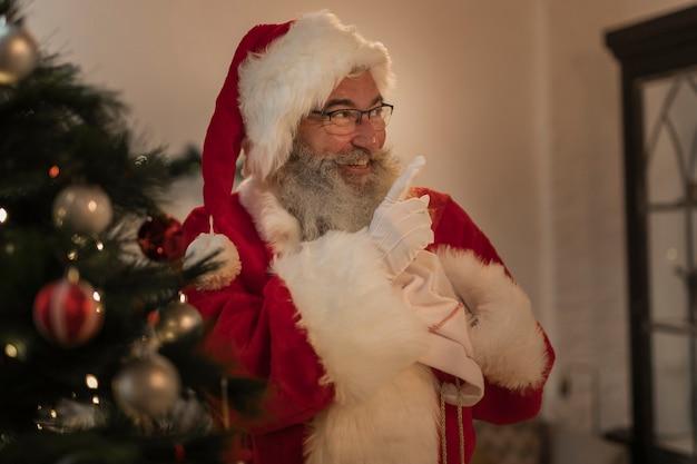 Sênior papai noel pronto para entregar presentes