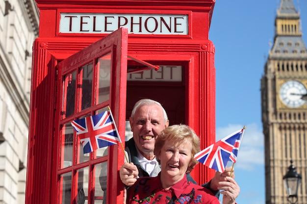 Sênior, par, vermelho, telefone, caixa, segurando, britânico, bandeira, londres