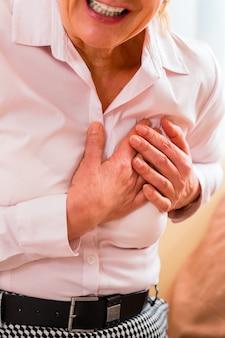 Senior tendo ataque cardíaco em casa