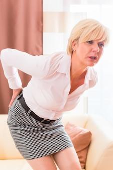 Senior tendo dor nas costas em casa