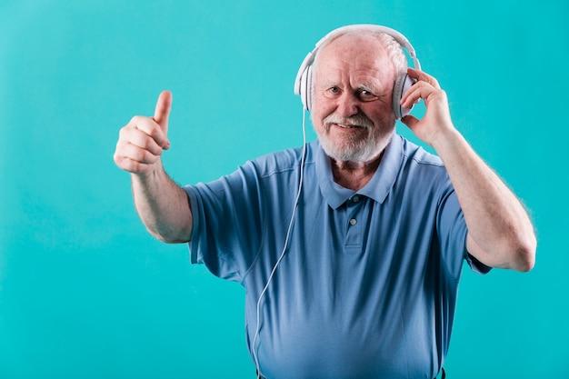Senior vista frontal com fones de ouvido