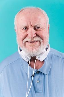 Senior vista sorridente sênior com fones de ouvido