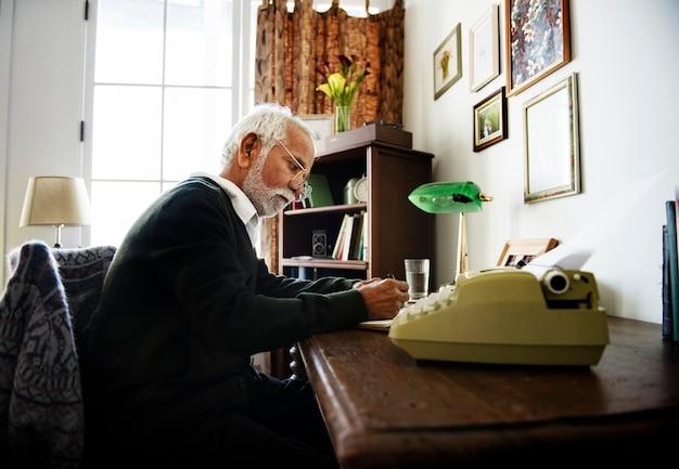 Seniore homem escrevendo