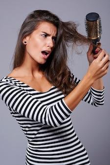 Sensação muito desconfortável quando você não consegue escovar o cabelo