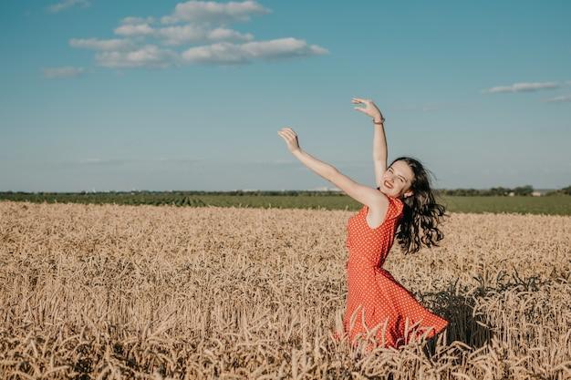 Sensibilidade da beleza natural à natureza, celebração da vida, pequenos momentos, conceito, jovem, bonito