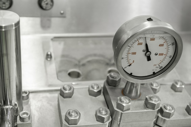 Sensores de medição e tubos na fábrica. equipamento na fábrica de laticínios