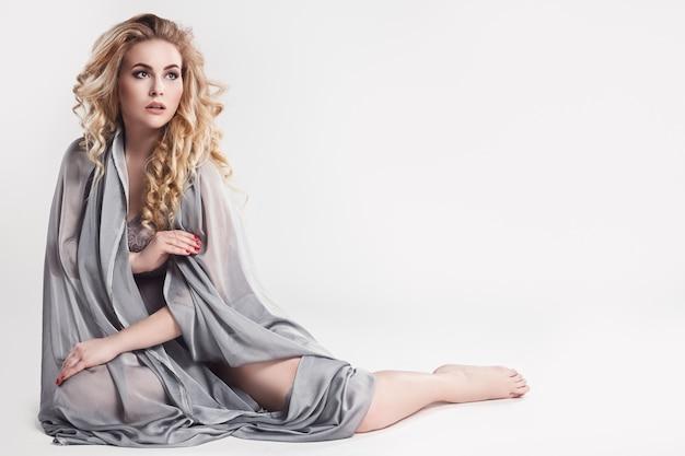 Sensual modelo plus size posando no estúdio