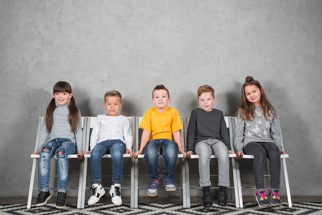 Sentado, crianças, posar, junto