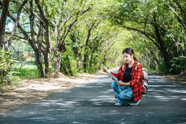 Sentado e assistindo o mapa na estrada.