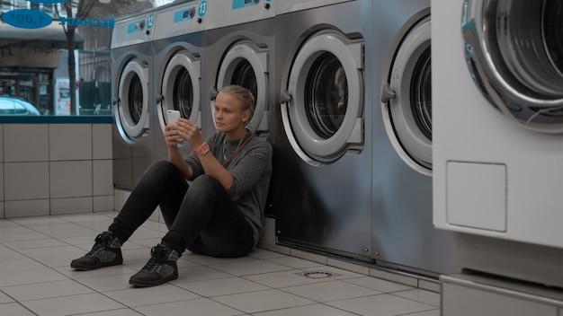 Sentado enquanto lava