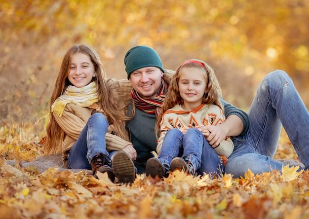 Sentado nas folhas de outono
