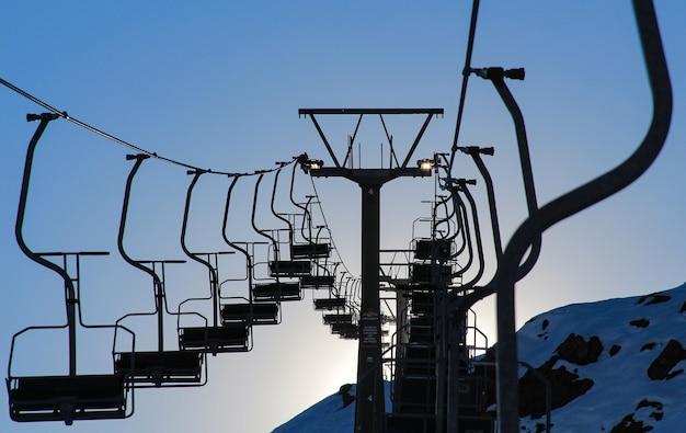 Sentado no funicular antes de esquiar