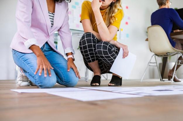 Sente-se no chão planejando uma estratégia de negócios