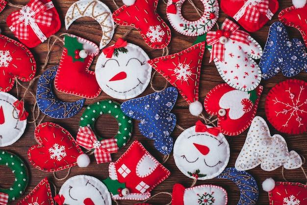 Senti as decorações de natal na mesa de madeira como pano de fundo
