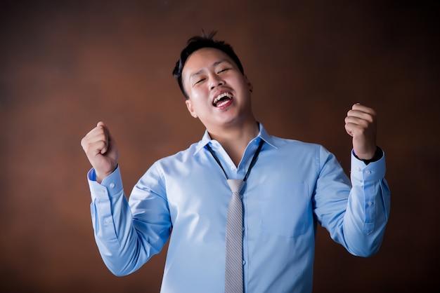 Sentimento bonito confiante, feliz empresário sorrindo