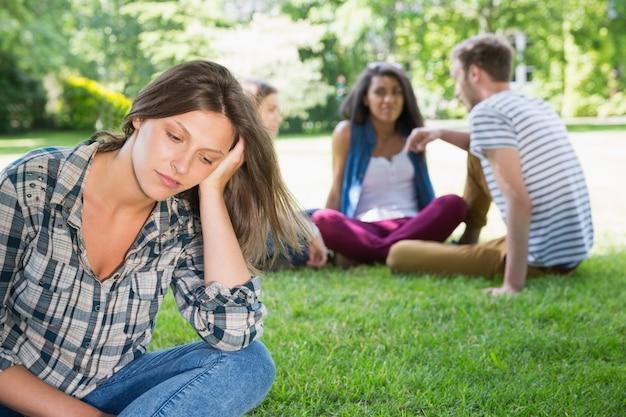 Sentimento de estudante solitário excluído no campus
