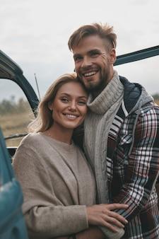 Sentimentos puros. lindo casal jovem se abraçando e sorrindo enquanto fica ao ar livre