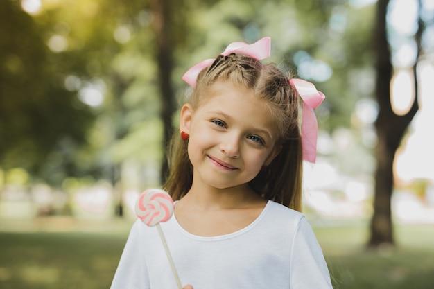 Sentindo feliz. incrivelmente linda garota loira se sentindo feliz enquanto passava o aniversário com sua família