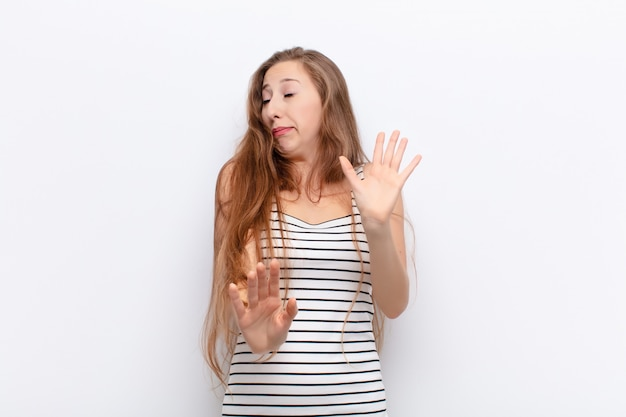 Sentindo nojo e náusea, afastando-se de algo desagradável, fedorento ou fedido, dizendo eca