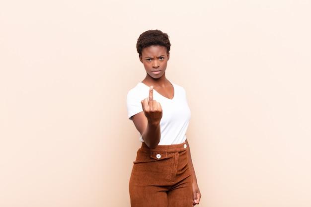 Sentindo raiva, irritado, rebelde e agressivo, sacudindo o dedo médio