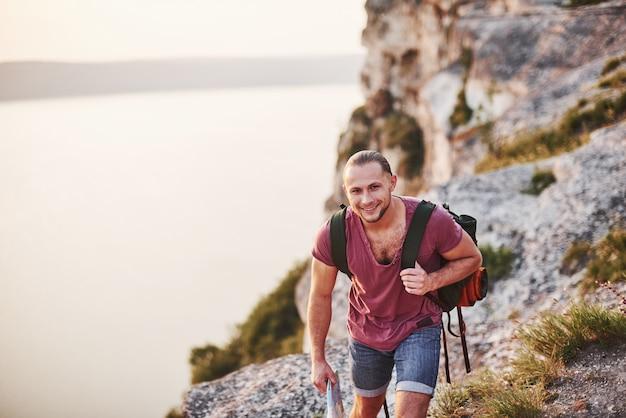 Sentindo-se calmo e feliz. o homem está de férias e decide caminhar por esses lugares incríveis para acalmar a mente e a alma.