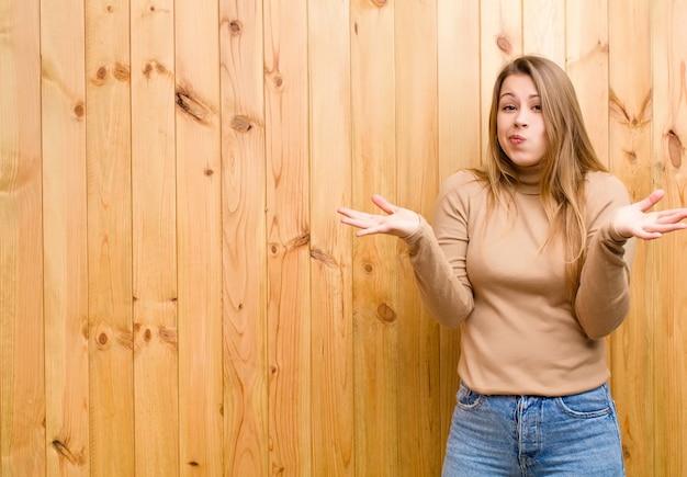 Sentindo-se confuso e confuso, duvidando, ponderando ou escolhendo opções diferentes com expressão engraçada