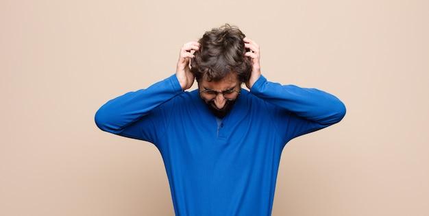 Sentindo-se estressado e frustrado, levantando as mãos, cansado, infeliz e com enxaqueca