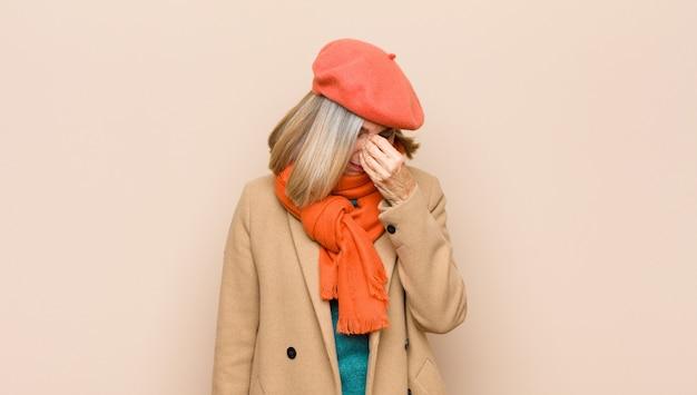 Sentindo-se estressado, infeliz e frustrado, tocando a testa e sofrendo de enxaqueca com fortes dores de cabeça