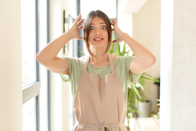 Sentindo-se estressado, preocupado, ansioso ou com medo, com as mãos na cabeça, entrando em pânico com o erro