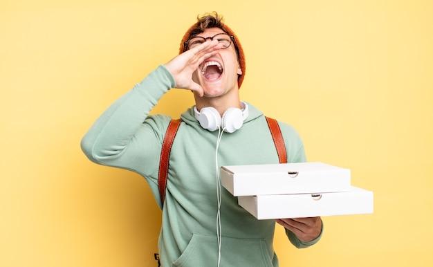 Sentindo-se feliz, animado e positivo, dando um grande grito com as mãos perto da boca, gritando. conceito de pizza