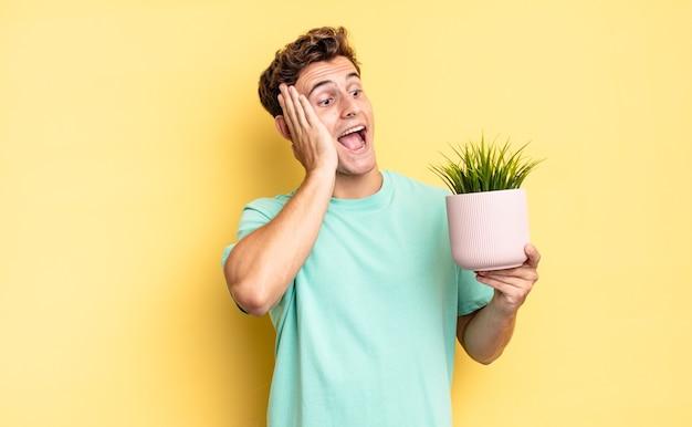 Sentindo-se feliz, animado e surpreso, olhando para o lado com as duas mãos no rosto. conceito de planta decorativa