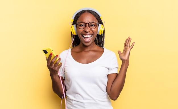 Sentindo-se feliz, animado, surpreso ou chocado, sorrindo e surpreso com algo inacreditável e ouvindo música
