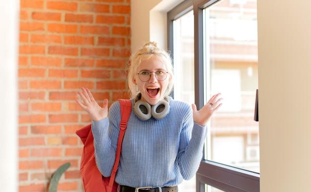 Sentindo-se feliz, animado, surpreso ou chocado, sorrindo e surpreso com algo inacreditável