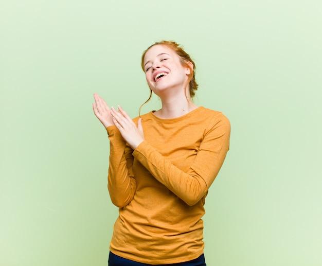 Sentindo-se feliz e bem-sucedido, sorrindo e batendo palmas, dizendo parabéns com aplausos