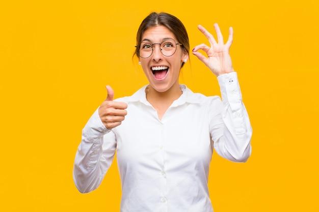 Sentindo-se feliz, maravilhado, satisfeito e surpreso, mostrando gestos de ok e polegar para cima, sorrindo