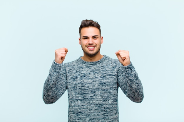 Sentindo-se feliz, positivo e bem-sucedido, celebrando a vitória, conquistas ou boa sorte
