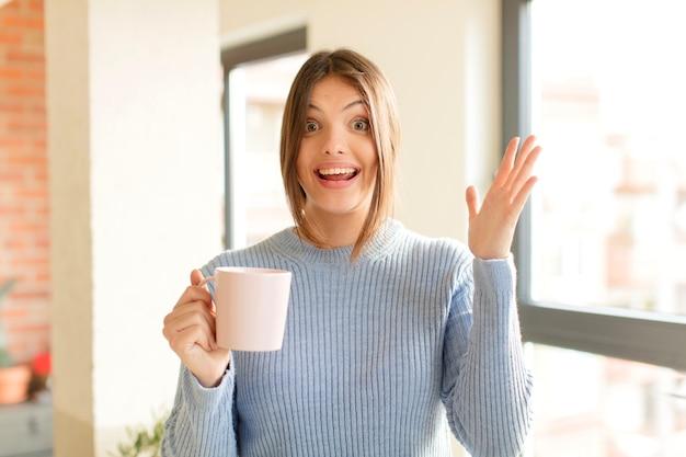 Sentindo-se feliz, surpreso e alegre, sorrindo com atitude positiva, percebendo uma solução ou ideia