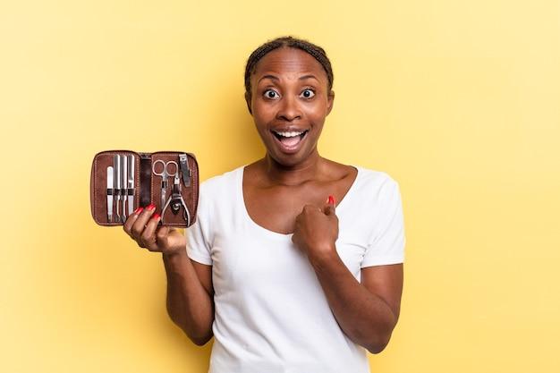 Sentindo-se feliz, surpreso e orgulhoso, apontando para si mesmo com um olhar empolgado e surpreso. conceito de ferramentas de unhas