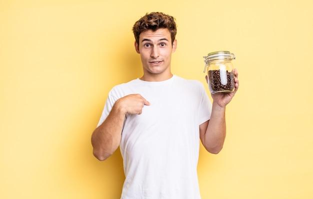 Sentindo-se feliz, surpreso e orgulhoso, apontando para si mesmo com um olhar empolgado e surpreso. conceito de grãos de café