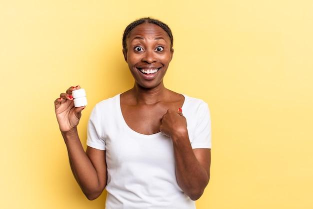 Sentindo-se feliz, surpreso e orgulhoso, apontando para si mesmo com um olhar empolgado e surpreso. conceito de pílulas