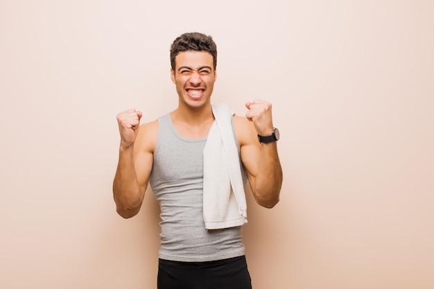 Sentindo-se feliz, surpreso e orgulhoso, gritando e comemorando o sucesso com um grande sorriso