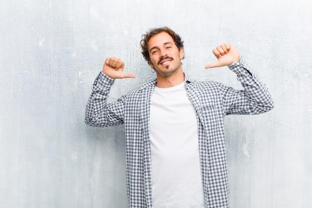 Sentindo-se orgulhoso, arrogante e confiante, parecendo satisfeito e bem-sucedido, apontando para si mesmo