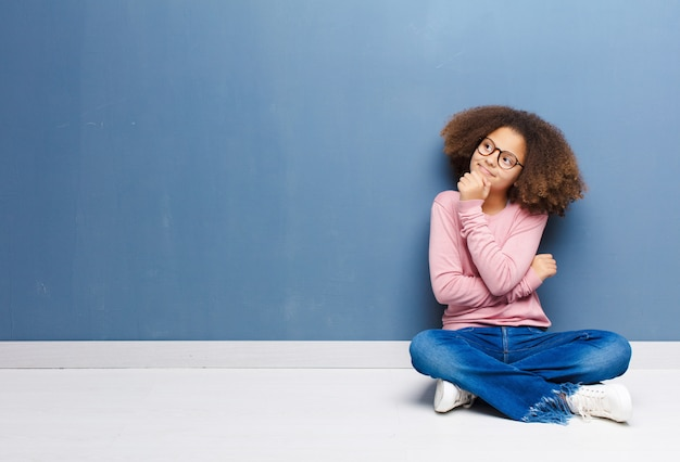 Sentindo-se pensativo, imaginando ou imaginando idéias, sonhando acordado e olhando para copiar o espaço