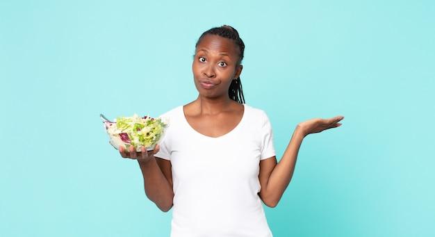 Sentindo-se perplexo e confuso, duvidando e segurando uma salada