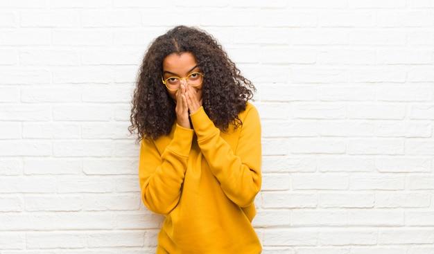 Sentindo-se preocupado, esperançoso e religioso, orando fielmente com as palmas das mãos pressionadas, implorando perdão